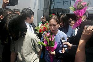 Los rehenes surcoreanos salen del hotel Dubai hacia Corea del Sur. (Foto: EFE)