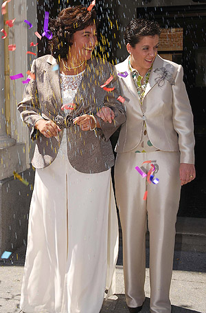 Ana M. Wong (izda.) y Raquel Yagüe a la salida del Ayuntamiento. (Foto: EFE)