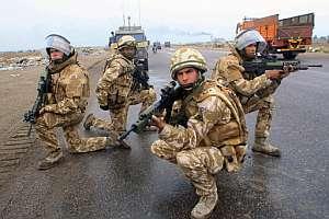 Soldados británicos vigilan una carretera en Basora en noviembre de 2006. (Foto: AFP)