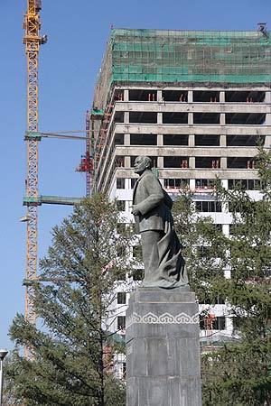 Imagen de la construcción de un hotel de lujo en Ulan Bator, Mongolia. (Foto: EFE)