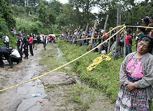 Decenas de guatemaltecos observan el lugar donde se ha cometido uno de los constantes asesinatos (Foto: AP)