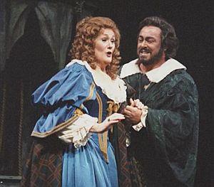 Pavarotti y Joan Sutherland, durante una escena de la ópera Lucia di Lammermoor en Nueva York en 1987. (Foto: AP)