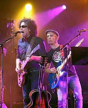Andrés Calamaro junto a Fito&Fitipaldis en su gira conjunta '2 son multitud'. (Foto: Kike Para)