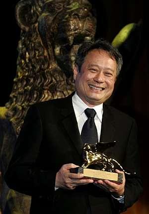 Ang Lee posa muy sonriente con el premio. (Foto: AP)
