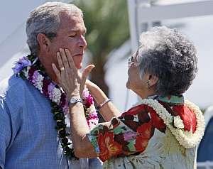 Cariñoso recibimiento de Bush en la base aérea. (Foto: AP)