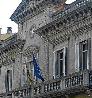 Fachada del Ayuntamiento de Bañolas, donde sólo ondean la bandera catalana y la europea. (Foto: Eddy Kelele)
