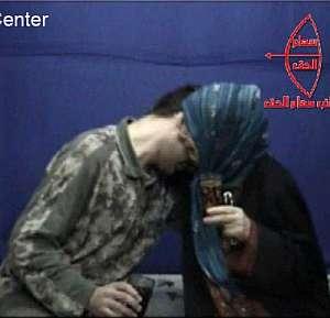 Fotograma en el que madre e hijo se despiden. (Foto: AFP)