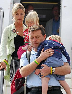 Los padres de Madeleine, Kate y Gerry, con sus dos hijos. (Foto: AFP)