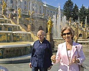 La Reina, junto al compositor, en una visita a San Petersburgo. (Foto: Anatoly Maltsev)