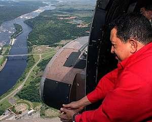 Chávez sobrevuela el río de Caroni. (Foto: AP)