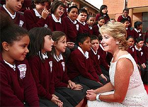 Aguirre durante su visita al colegio Enrique Tierno Galván de Alcobendas. (madrid.org)