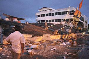 Un residente mira un edificio derrumbado en Padang tras el terremoto. (Foto: REUTERS)