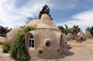 Imagen de una de las casas desarrolladas con el método 'súper adobe'. (Foto: AFP). [VER ÁLBUM]
