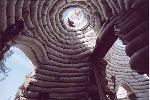 Las viviendas se construyen a partir de bolsas tubulares llenas de tierra y unidas con alambre de espino. (Foto: Cal-Earth)