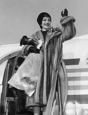 Maria Callas baja de un avión a su llegada a Milán en 1958. (Foto: AFP)