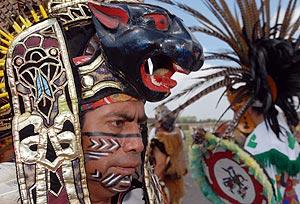 Indígenas latinoamericanos realizando un ritual durante un encuentro de diferentes pueblos. (EFE)