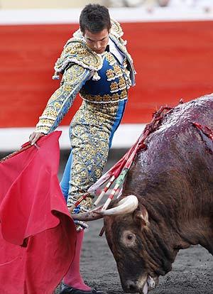 El diestro, en plena faena durante la Semana Grande de Bilbao. (Foto: EFE)