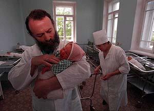Un médico en una sala de maternidad en Dzerzhinsk, Rusia. El porcentaje de niños con malformaciones congénitas es más elevado que en otros lugares de Rusia. (AP)