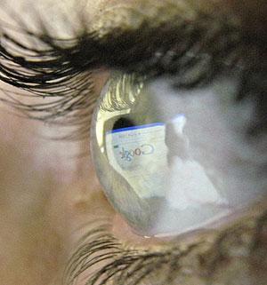 El buscador Google, reflejado en el ojo de una usuaria. (Foto: REUTERS)