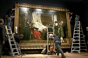 Momento en el que se colgaba 'El testamento de Isabel la Católica'. (Foto: Carlos Barajas)