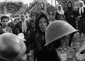 Una mujer palestina llora durante el funeral por las víctimas en 1982. (Foto: AP)