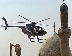 Un helicóptero de Blackwater sobrevuela Bagdad en 2005 tras un atentado. (Foto: AFP)