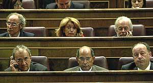 Varios diputados en sus escaños. (Foto: Kike Para)