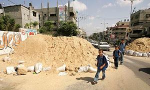Palestinos cruzan una barricada en Gaza. (Foto: REUTERS)