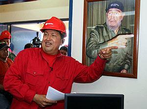 Chávez señala una fotogtrafía de Castro. (Foto: AFP)