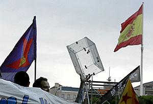 Amigos de Jaume Roura protestan bajo la bandera española en la Plaza de Colón. (Foto: Jaime Villanueva)