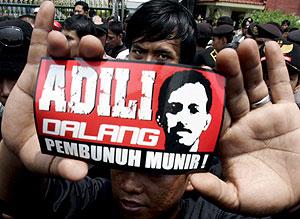Un hombre muestra una pegatina del activista defensor de derechos humanos Munir Thalib, asesinado en Indonesia. (EFE)