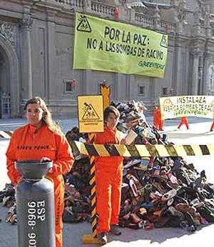 Protesta de Greenpeace en Zaragoza contra las bombas de racimo. (Foto: EFE)