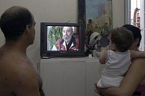 Una familia cubana observa la entrevista. (Foto: EFE)