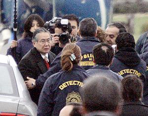 Fujimori, acompañado por policías chilenos al avión que le lleva rumbo a Perú. (Foto: AP)