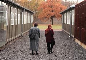 Dos personas miran los barracones del campo nazi de concentración de Sachsenhausen. (Foto: AP)