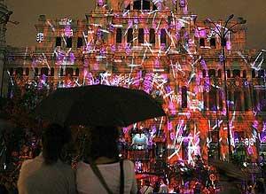 Proyecciones sobre la fachada del Palacio de Comunicaciones (Foto: EFE/J.C.HIDALGO)