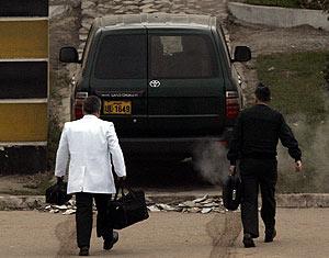 Imagen del vehículo que ha trasladado al ex presidente al centro de reclusión. (Foto: EFE)
