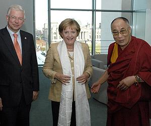 Merkel, entre el Dalai Lama y el jefe del gobierno regional de Hesse, Roland Koch. (Foto: AFP)