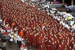 Los monjes budistas, desfilando por una calle de Rangún. (Foto: EFE)