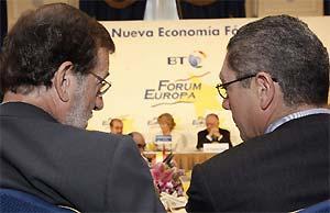 Mariano Rajoy charla con Alberto Ruiz-Gallardón durante la conferencia de Esperanza Aguirre. (Foto: EFE)