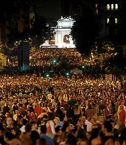 Miles de personas en la calle Alcalá el pasado sábado.(Foto: Antonio Heredia)