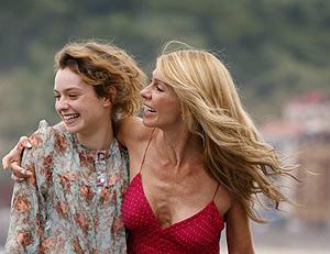 Las actrices Martina Juncadella y Silvia Pérez posan tras la presentación de la película 'Encarnación'. (Foto: REUTERS)