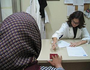 Consulta en el centro de atención sociosanitaria de Médicos del Mundo en Madrid. (Foto: MdM)