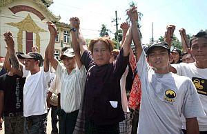 Un grupo de activistas civiles participa en las protestas. (Foto: AFP)