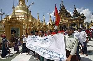 Manifestantes con una pancarta en los aledaños de la pagoda de Shwedagon. (Foto: AFP)