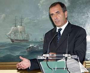 El ministro de Defensa, José Antonio Alonso, informa del atentado contra tropas españolas en Afganistán. (Foto: EFE)