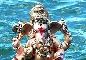 Una imagen del Señor Ganesh es sumergida en un lago de Bhopal, India. (Sanjeev Gupta/EFE)