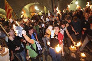 Imagen de los manifestantes que quemaron fotos del Rey el sábado en Gerona. (Foto: EFE)