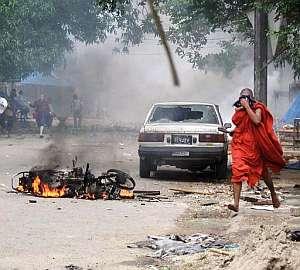 Un monje huye tras una carga de los soldados. (Foto: EFE)