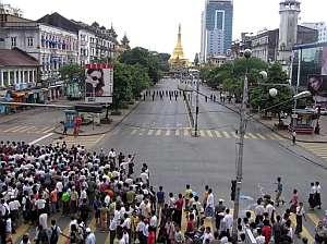 Cientos de birmanos protestan contra el despliegue militar en la pagoda de Shwedagon. (Foto: EFE)